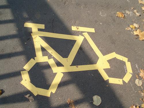 Carril bici señalizado con cinta por el Camarada Bakunin