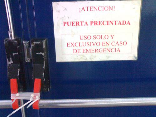 Puerta de emergencia precintada
