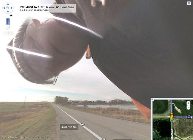 Abuelete mirando a la cámara de Google Street View