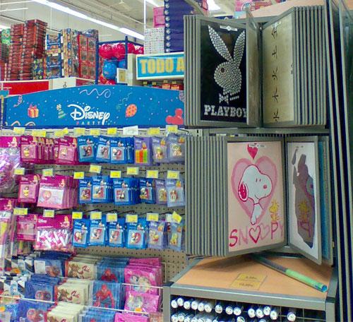 Poster Playboy en un Toys'R'Us