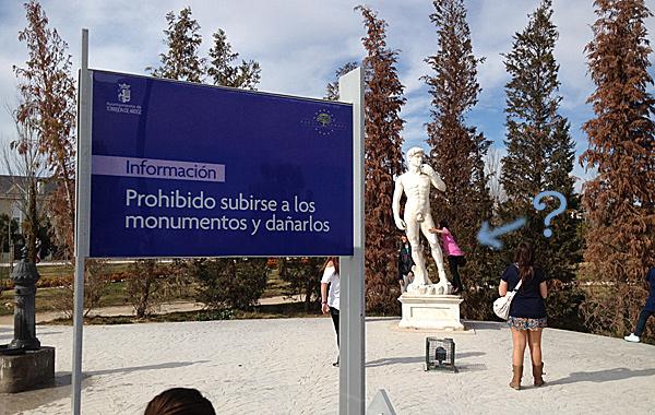 Niñas subiéndose el David de Miguel Ángel (CC)-by Alvy